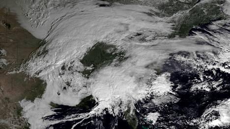Talvimyrskyn lähestyminen näkyi selvästi torstaina otetussa satelliittikuvassa Kanadan ja Yhdysvaltojen koillisosien päällä.