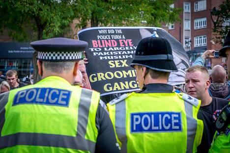 Nationalistit vastustivat grooming-jengejä Rotherhamissa.