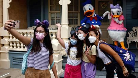 Huvipuistovierailijoita Hongkongin Disneylandissa 25. syyskuuta, kun huvipuisto avattiin yleisölle uudelleen toisen koronavirusrajoitusten aiheuttaman sulkemisjakson jälkeen.