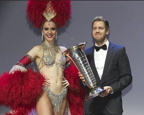 Formula ykkösten maailmanmestari Sebastian Vettel (oik.) sai mestaruuspystinsä Moulin Rougessa Pariisissa järjestetyssä tilaisuudessa.