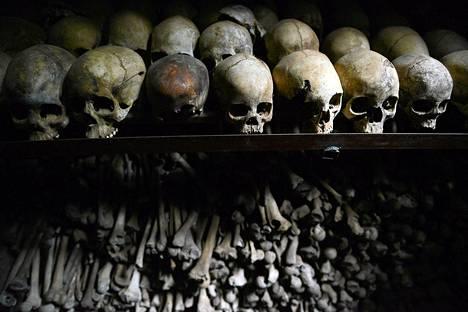 Ihmisen luita kansanmurhan muistomerkillä Nyamatan katolisessa kirkossa. Vuoden 1994 verilöylyissä tapettiin reilun kolmen kuukauden aikana noin 800 000 ruandalaista, joista valtaosa oli tutseja.
