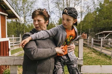Maija-Leena Kemppainen ja Verneri Huttunen tulivat kesäretkelle Liminkaan Kiuruvedeltä. He olivat eläinpuistossa lähes ainoat asiakkaat.