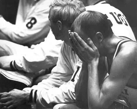 Jugoslavian pettynyt pelaaja koripallon EM-kotikisoissa 1967.