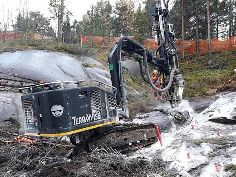Raide-Jokerin tiellä olevan hiidenkourun räjäyttämistä valmisteltiin maanantaina.