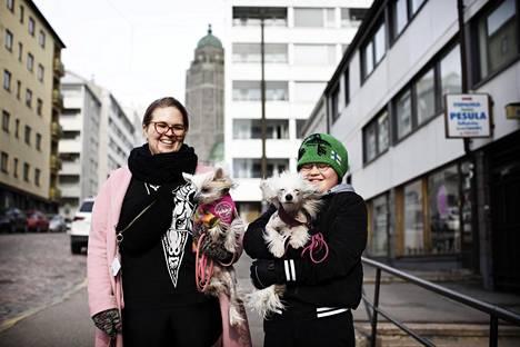 Kalliossa asuvat äiti ja poika, Nora Mattila ja Erkki Helminen, 11, ulkoiluttivat perjantaina koiriaan Diivaa (villa-asu) ja Dorista.