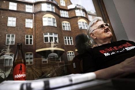 Kun Tom Sjöberg istuu King's sex -liikeen edustalla, useat ohikulkijat pysähtyvät juttelemaan.