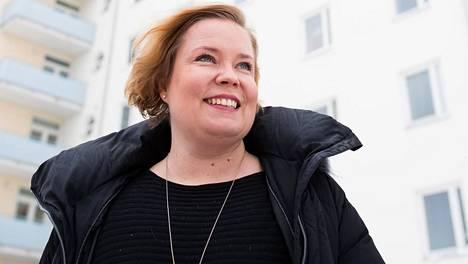 Laura Räty seisoo Itä-Savon sairaanhoitopiirin kuntayhtymän Sosterin valtavan hallintorakennuksen edessä.