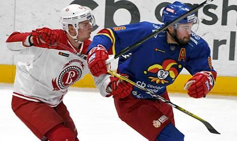 Miro Aaltonen yritti pitää tehot 1+1 iskeneen Jesse Joensuun aisoissa keskiviikkona Helsingissä.