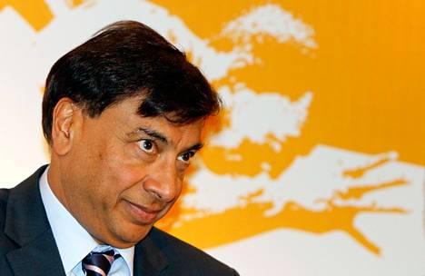 Intialaissyntyinen teräsmagnaatti Lakshmi Mittal kuunteli kysymyksiä tiedotustilaisuudessa Delhissä maaliskuun lopulla.