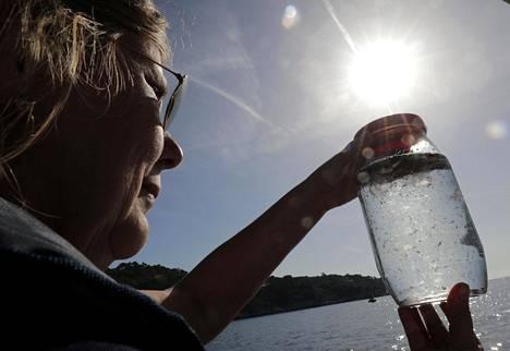 Mikromuovihiukkasia löytyy yhä enemmän erilaisista ympäristöistä. Mikromuoveihin erikoistunut meribiologi tutkii vesinäytettä Välimeren rannikolla Ranskan Rivieralla.