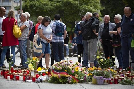 Ihmiset toivat Chemnitzissä tiistaina kukkia ja kynttilöitä paikalle, jossa varhain sunnuntaiaamuna puukotettiin miestä niin, että tämä kuoli sairaalassa vammoihinsa.