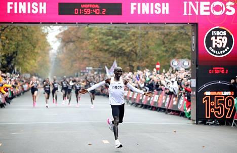 Eloud Kipchoge juoksi viime lokakuussa maratonin erikoisolosuhteissa aikaan 1.59.40. Hän juoksi Niken uusimmilla juoksukengillä, joita ei ole vieläkään tuotu myyntiin.