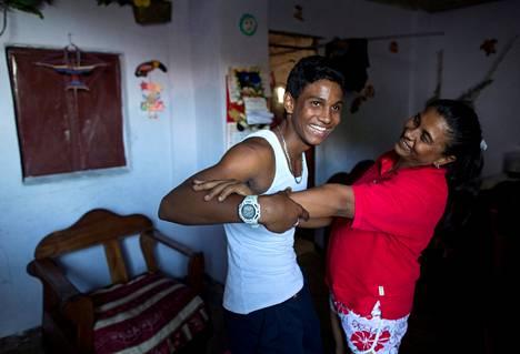 Miller, 15, ja äiti Raiza. Miller aikoo isona poliisiksi tai mekaanikoksi.