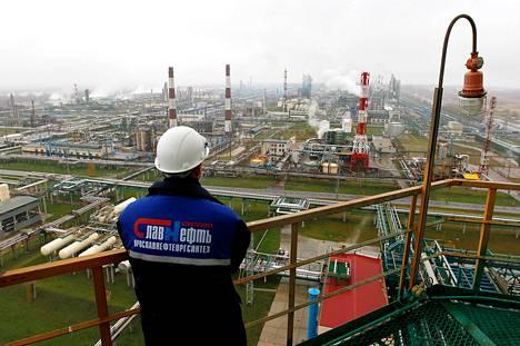 Slavneft-YANOS:n öljynpuhdistamo sijaitsee noin 250 kilometriä Moskovasta koilliseen. Reutersin mukaan Venäjän vastaisia pakotteita asetetaan öljysektorille.