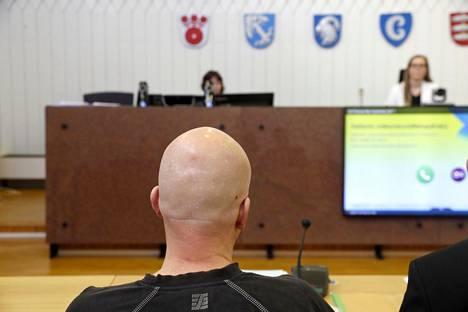 Syyttäjä vaatii 48-vuotiaalle porvoolaismiehelle rangaistusta taposta, laittomasta uhkauksesta ja ampuma-aserikoksesta. Kuva on otettu Itä-Uudenmaan käräjäoikeudessa torstaiaamuna.