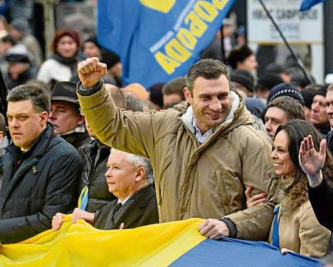 Vitali Klitško (käsi pystyssä) on ollut eturivissä Ukrainan hallinnon vastaisissa protesteissa. Sunnuntaina Klitškon vierellä oli muun muassa puolalainen oppositiojohtaja Jaroslaw Kaczynski (toinen vasemmalta).