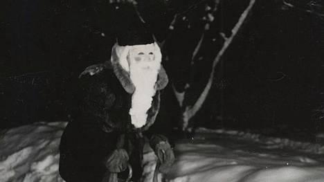Joulupukki liikkeellä Espoon Leppävaarassa 1955.