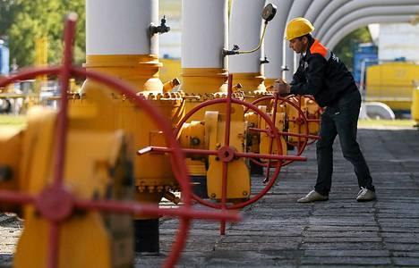 Työntekijä sääti kaasuventtiiliä kaasuvarastolla Ukrainassa toukokuussa.
