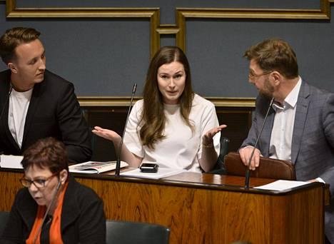 Sdp:n kansaedustajat Ilmari Nurminen, Sanna Marin ja Timo Harakka eduskunnan täysistunnossa Helsingissä 9. tammikuuta.