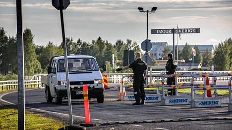 Suomi sulki rajansa keväällä. Sen vuoksi Tornion ja Haaparannan välille tuli rajanylitysmuodollisuuksia.