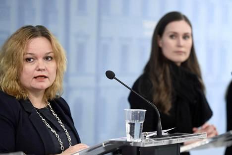 Perhe- ja peruspalveluministeri Krista Kiuru ja pääministeri Sanna Marin hallituksen tiedotustilaisuudessa keskiviikkona.
