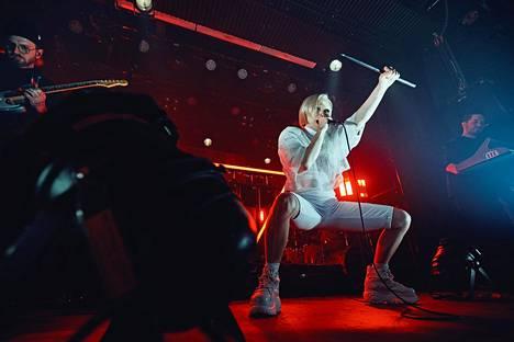 Paula Vesala esiintyi Tavastialla. Kriitikon mukaan ristiriitojen täyttämässä esiintymisessä ei ollut juuri parantamisen varaa.