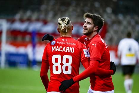 HIFK:n toisen maalin teki Juanan Entrena (oik.), jota onnitteli ottelun päätyttyä Macario Hing-Glover .