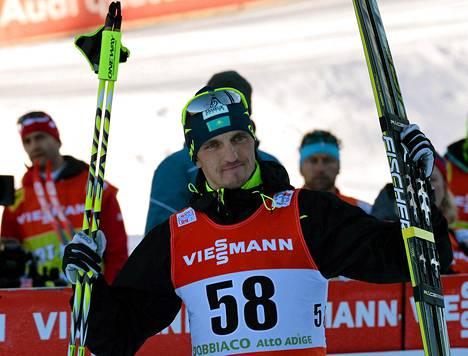 Alexei Poltoranin juhli 10 kilometrin perinteisen kisan voittoa keskiviikkona.