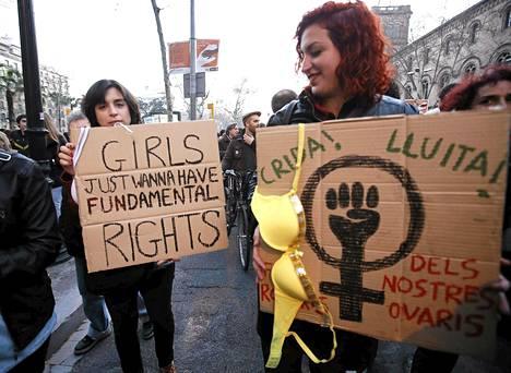 """""""Huutakaa! Taistelkaa! Pitäkää rukouksenne erossa munasarjoistamme!"""" kehotettiin mielenosoittajan kyltissä Barcelonassa lauantaina vastalauseena suunnitellulle uudelle aborttilaille."""