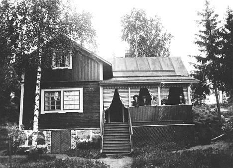 Villa Hålvik asukkaineen kesäkuussa 1907.
