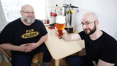 Jouni Raninen ja Pekka Vesala panevat olutta Ranisen kotona. Kotipanimo Duunin oluissa on omat etiketit, joista käyvät ilmi oluen vahvuus ja tyyppiin tai valmistusmenetelmään liittyvä nimi.