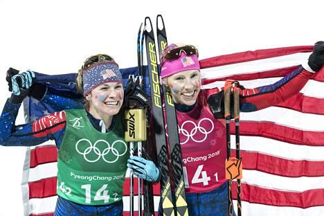 Jessica Diggins ja Kikkan Randall juhlivat parisprintin olympiakultaa Pyeongchangissa.
