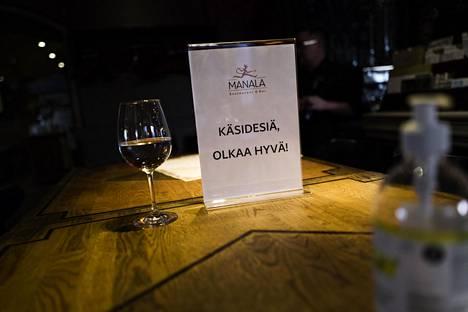Koronaviruspandemian vaikutukset näkyvät ravintoloissa. Manalassa osa pöydistä on poistettu käytöstä.