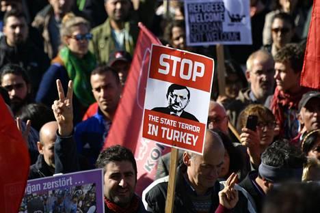 Ihmiset osoittivat mieltään Turkin presidenttiä Recep Tayyip Erdoğania vastaan Kölnissä lauantaina.