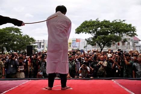 Homoseksuaalisuudesta syytettyä miestä ruoskittiin tiistaina ruokokepillä julkisessa rankaisutilaisuudessa Banda Acehissa, Indonesiassa.