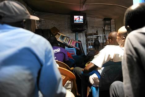 Kenialaiset seurasivat ääntenlaskua televisiosta tiistaina.