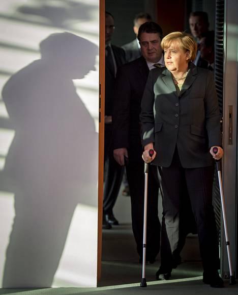 Liittokansleri Angela Merkel saapui keskiviikkona hallituksen istuntoon Berliinissä kyynärsauvoilla. Hän sai murtuman lonkkaansa hiihtoturmassa joululomalla.