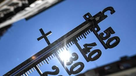 Lämpömittari Saksan Freiburgissa 30. heinäkuuta. Lukema on liki 35 astetta.