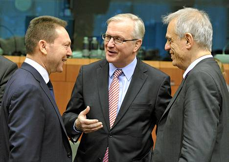 Kreikan valtiovarainministeri Ioannis Stournaras (vas.), EU:n talouskomissaari Olli Rehn ja Kyproksen valtiovarainministeri Michael Sarris keskustelevat euromaiden valtiovarainministerien kokouksessa Brysselissä perjantaina.