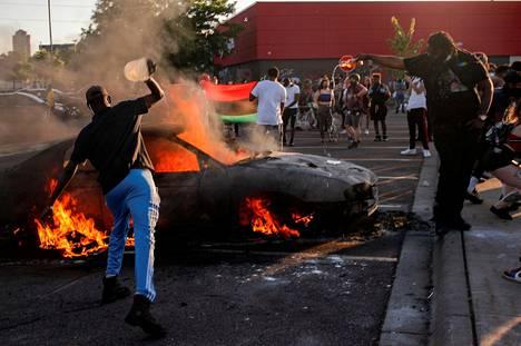 Kauppaketju Targetin parkkipaikalla Minneapolisissa paloi auto. Kuva on torstailta 28. toukokuuta.