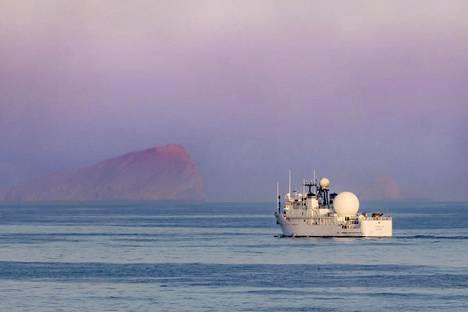 Yhdysvaltojen laivaston alus vartioi Hormuzinsalmella marraskuussa 2018.