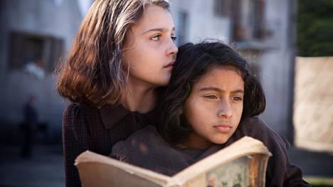 Elena Ferranten suositun Napoli-tetralogian ensimmäiseen teokseen perustuva Loistava ystäväni -sarja alkaa keskiviikkona Teemalla. Kuvassa sarjan päähenkilöitä nuorina esittävät Elena (Elisa del Genio) ja Lila (Ludovica Nasti).