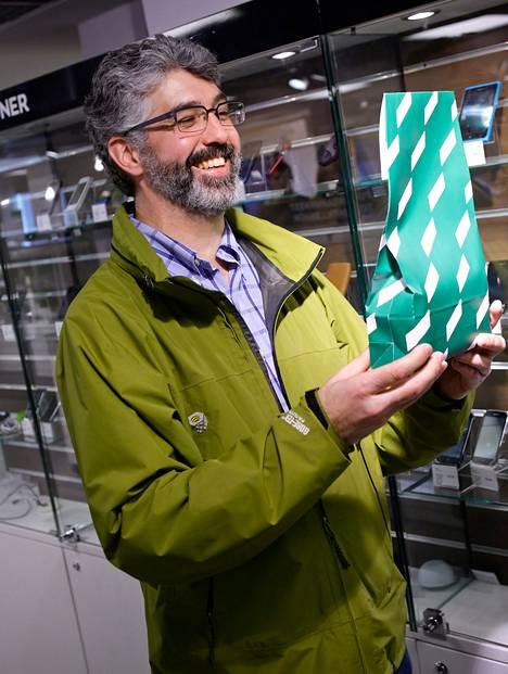 """Craig Thompson osti perjantaina Helsingin Stockmannilta älypuhelimen ylioppilaslahjaksi. Raha on valmistujien lempilahja, mutta se ei ollut Thompsonille vaihtoehto. """"Aina voi antaa rahaa, mutta se ei kerro mitään lahjan saajasta tai antajasta"""", hän perustelee."""