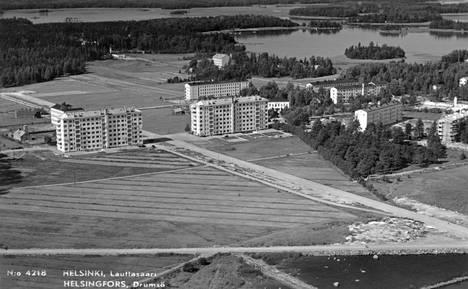Elokuussa 1939 otetussa kuvassa näkyy Lauttasaaren Otavantie 3 ja sen oikealla puolella jo syksyllä 1938 valmistunut Otavantie 5.