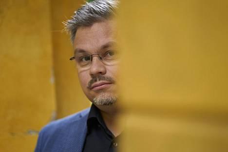 Tommi Kinnunen on julkaissut neljä romaania, mutta kokee silti edelleen olevansa ensisijaisesti opettaja.