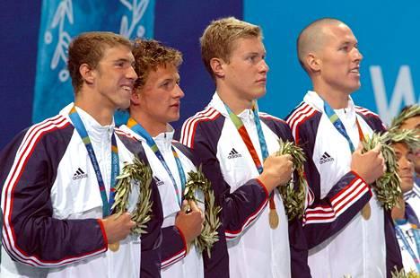 Loppiaisena Yhdysvaltain kongressiin tunkeutunut Klete Keller (oik.) juhli elokuussa 2004 olympialaisten viestikultaa Michael Phelpsin (vas.), Ryan Lochten ja Peter Vanderkaayn kanssa.