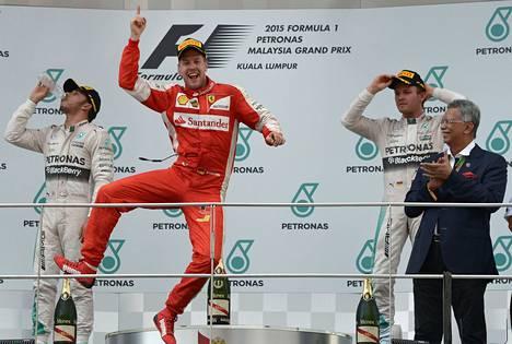 Ferrarin Sebastian Vettel (kesk.) jätti Mercedes-tallin Nico Rosbergin (vas.) ja Lewis Hamiltonin taakseen.