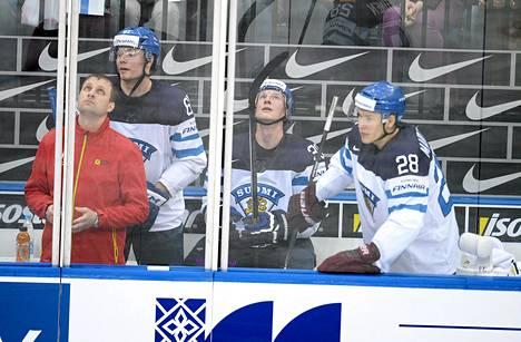 Tommi Huhtala, Juuso Hietanen ja Jyri Marttinen istuivat jäähyboksissa Latvia-ottelussa.