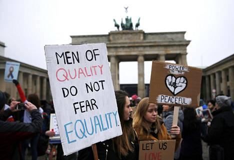 Mielenosoittajat kokoontuivat Brandenburgin portille Berliinissä.