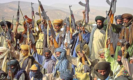 Pakistanin Baluchistanin osavaltion itsenäisyystaistelijoita päiväämättömässä valokuvassa. Pakistan on yksi valtioista, joissa rajoittamaton asekauppa on osaltaan johtanut laajaan väkivaltaan.
